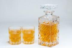 Whiskyflasche und -gase lokalisiert auf wei?em Hintergrund lizenzfreies stockbild
