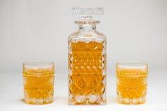 Whiskyflasche und -gase lokalisiert auf wei?em Hintergrund stockfoto
