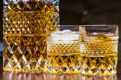 Whiskyflasche und -gase stockfotografie