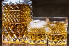 Whiskyflasche und -gläser mit schwarzem Hintergrund stockbilder