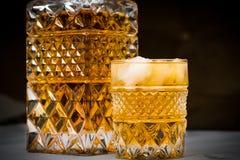 Whiskyflasche und -gläser mit schwarzem Hintergrund lizenzfreies stockfoto