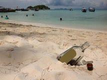 Whiskyflaska a på stranden Royaltyfri Bild