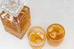 Whiskyfles en gassen op witte achtergrond wordt ge?soleerd die stock fotografie