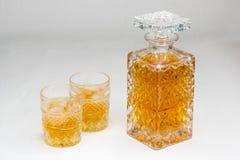 Whiskyfles en gassen op witte achtergrond wordt ge?soleerd die royalty-vrije stock afbeeldingen