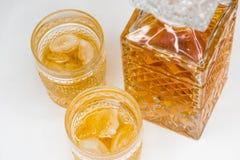 Whiskyfles en gassen op witte achtergrond wordt ge?soleerd die stock afbeeldingen