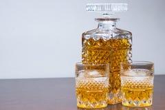 Whiskyfles en gassen stock afbeelding
