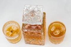 Whiskyfles en gassen stock afbeeldingen