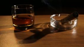 Whiskygetränke mit rauchenden Zigarren stock video