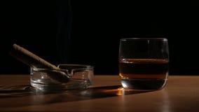 Whiskygetränke mit rauchenden Zigarren stock footage
