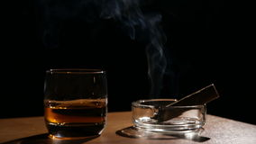 Whiskygetränke mit rauchenden Zigarren stock video footage