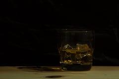 Whiskyglas auf schwarzem Hintergrund stockbild