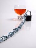 Whiskyglas und Eisenkette Lizenzfreies Stockfoto