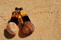 Whiskylüge mit zwei kleine Flaschen auf dem Sand Draufsicht des Alkohols von oben stockfotos