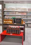 Whiskylagerhyllan i det fria loppet shoppar Skofije Slovenien Royaltyfria Foton