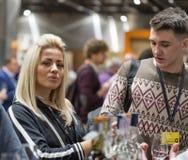 Whiskysupfestival i Kiev, Ukraina Arkivbilder