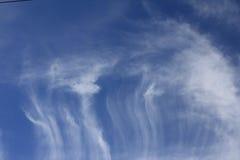 Whispy Chmurnieje zmrok - niebieskiego nieba tło Zdjęcie Royalty Free