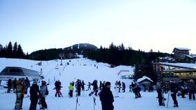 WHISTLER, ДО РОЖДЕСТВА ХРИСТОВА, КАНАДА - 19-ОЕ ЯНВАРЯ 2019: Готовить съемку холма лыжи и лыжников и людей идя вокруг деревни Whi акции видеоматериалы