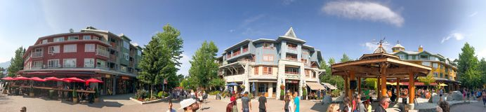 WHISTLER, КАНАДА - 12-ОЕ АВГУСТА 2017: Прогулка туристов вдоль str города Стоковое Фото