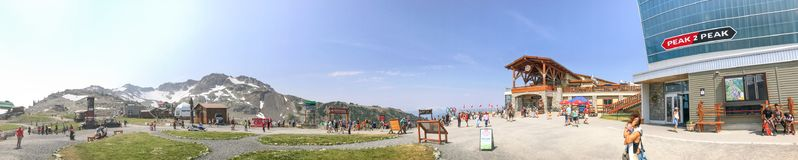 WHISTLER, КАНАДА - 12-ОЕ АВГУСТА 2017: Прогулка туристов около пика к p Стоковое Изображение