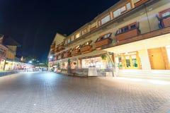WHISTLER, КАНАДА - 11-ОЕ АВГУСТА 2017: Улицы города на ноче с t Стоковые Фотографии RF