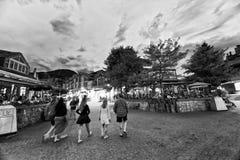 WHISTLER, КАНАДА - 12-ОЕ АВГУСТА 2017: Улицы города посещения туристов Стоковая Фотография
