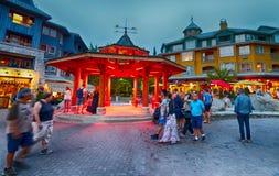 WHISTLER, КАНАДА - 12-ОЕ АВГУСТА 2017: Улицы города посещения туристов Стоковые Фотографии RF
