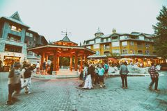 WHISTLER KANADA - AUGUSTI 12, 2017: Gator för turistbesökstad Royaltyfria Bilder