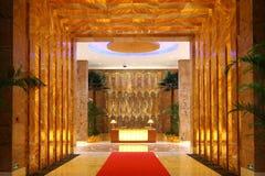 предводительствует whit таблицы соф лобби гостиницы Стоковое Фото