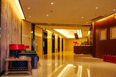 предводительствует whit таблицы соф лобби гостиницы Стоковые Фотографии RF