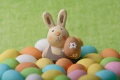 Whit do coelho de Easter muitos ovos de easter coloridos Fotos de Stock Royalty Free