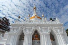 Whit Pagoda und blauer Himmel Lizenzfreie Stockfotos