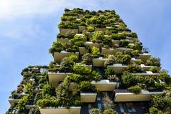 Whit van de Vetical boswolkenkrabber bomen die op balkons groeien Stock Afbeeldingen