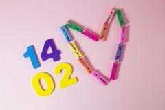 Whit veertien dagen van Februari, en gemaakt tot een hart van kleurrijke klemmen royalty-vrije stock afbeeldingen