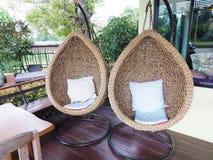 Whit-Weißkissen Stuhl des Rattanaufenthaltsraums hängendes Rattanaufenthaltsraumfall Lizenzfreie Stockbilder