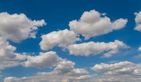 Whit wolken en blauwe hemelmening royalty-vrije stock afbeeldingen