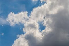 Whit wolken en blauwe hemelmening royalty-vrije stock afbeelding