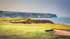 Whitby峭壁临近高尔夫球场 免版税库存照片