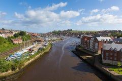 Whitby约克夏英国英国海边镇和游人目的地在夏天有河看法  免版税图库摄影