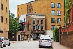 Whitby老英国客栈街道视图伦敦的远景 免版税库存照片