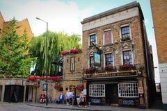 Whitby老英国客栈街道视图伦敦的远景 免版税库存图片