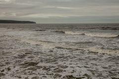 Whitby,约克夏-海和黑暗的天空的浪潮起伏的水 库存图片