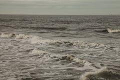 Whitby,约克夏-海的浪潮起伏的水 免版税库存图片