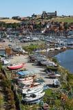WHITBY, Ο ΒΟΡΡΆΣ YORKSHIRE/UK - 22 ΑΥΓΟΎΣΤΟΥ: Άποψη κατά μήκος του ποταμού ES στοκ φωτογραφίες με δικαίωμα ελεύθερης χρήσης