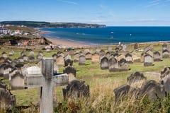 WHITBY, Ο ΒΟΡΡΆΣ YORKSHIRE/UK - 22 ΑΥΓΟΎΣΤΟΥ: Εκκλησία και τάφος Whitby στοκ εικόνες με δικαίωμα ελεύθερης χρήσης