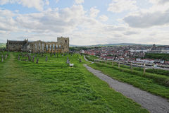 Whitby Abbey Church och kyrkogård i North Yorkshire i England Royaltyfri Bild