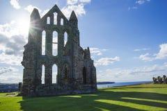 Whitby Abbey på solnedgången i North Yorkshire i England Royaltyfri Fotografi