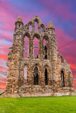 Whitby Abbey Ruins solnedgång i England Arkivfoto