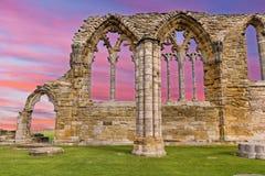 Whitby Abbey Ruins solnedgång i England Arkivbilder