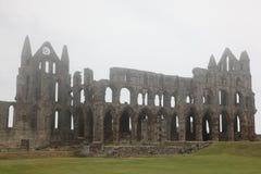 Whitby Abbey som tas i dimma, förstörd Benedictineabbotskloster som placeras på Whi Arkivbild