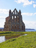 Whitby Abbey y Mar del Norte en North Yorkshire en Inglaterra Fotos de archivo libres de regalías